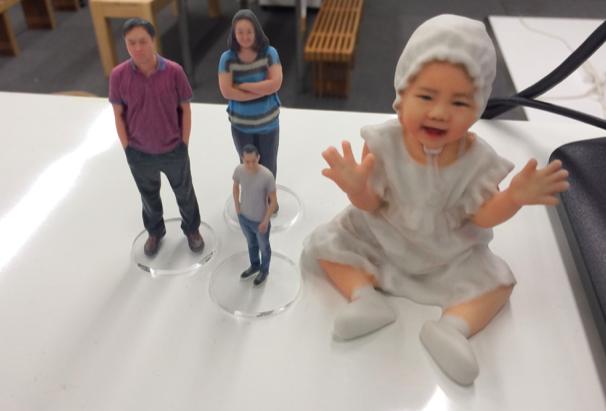 En populär present är att ge bort en 3D-printad version av sig själv. På speciella fotostudios skannas kroppen för att sedan skriva ut den i valfri storlek, istället för årliga skolfotot på barnen kanhända.