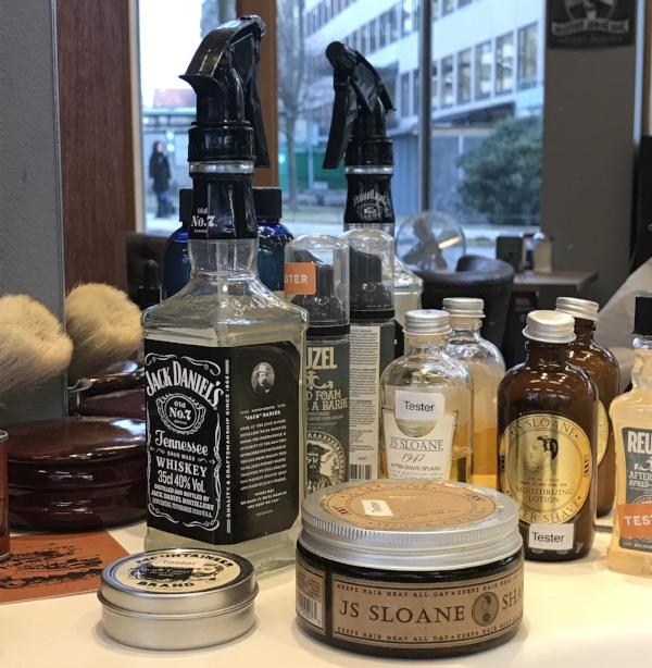 Som sprayflaska använder man begagnade Whiskey-flaskor, med svagt parfyrmerat hårvatten.