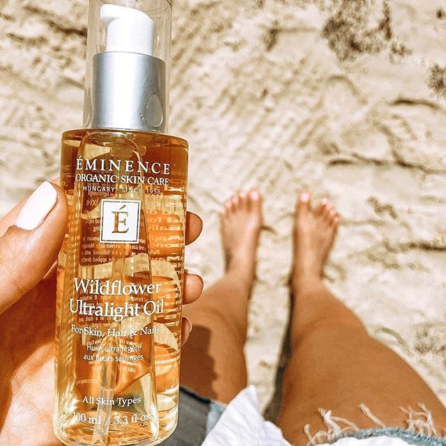 With this heat wave 〰️〰️my skin feels extra thirsty. Have you ever tried a dry body oil instead of a body lotion? Here are some of the benefits: 🔸Leaves no residue (smooth dry finish) 🔸Fast absorbing (they instantly sink into the skin) 🔸Extremely light weight 🔸High in polyunsaturated fatty acids  Ideally, use a body oil when your skin is still wet/damp so that it can lock in the moisture and gives you tons of hydration. #drybodyoil #eminenceorganics #skincare #wildflower #beach #skin #wellness #holistic #beauty