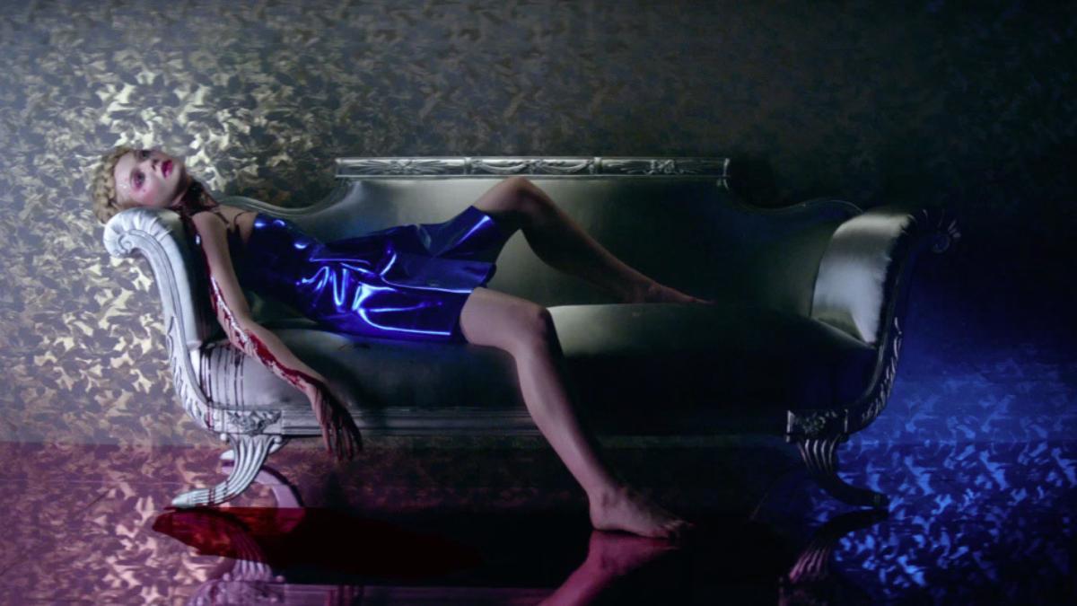 elle-fanning-and-abbey-lee-are-murderous-models-in-the-neon-demon-trailer-1460692081.jpg