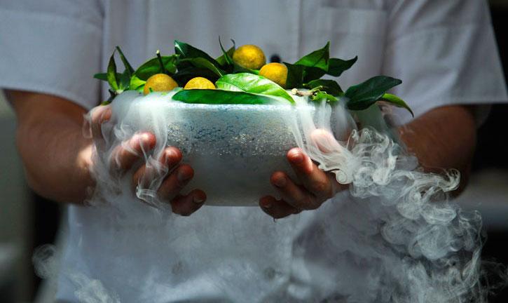 ギリシャのレストラン Funky Gourmet からオレンジエクスプロージョン。 molecularrecipes.com より。