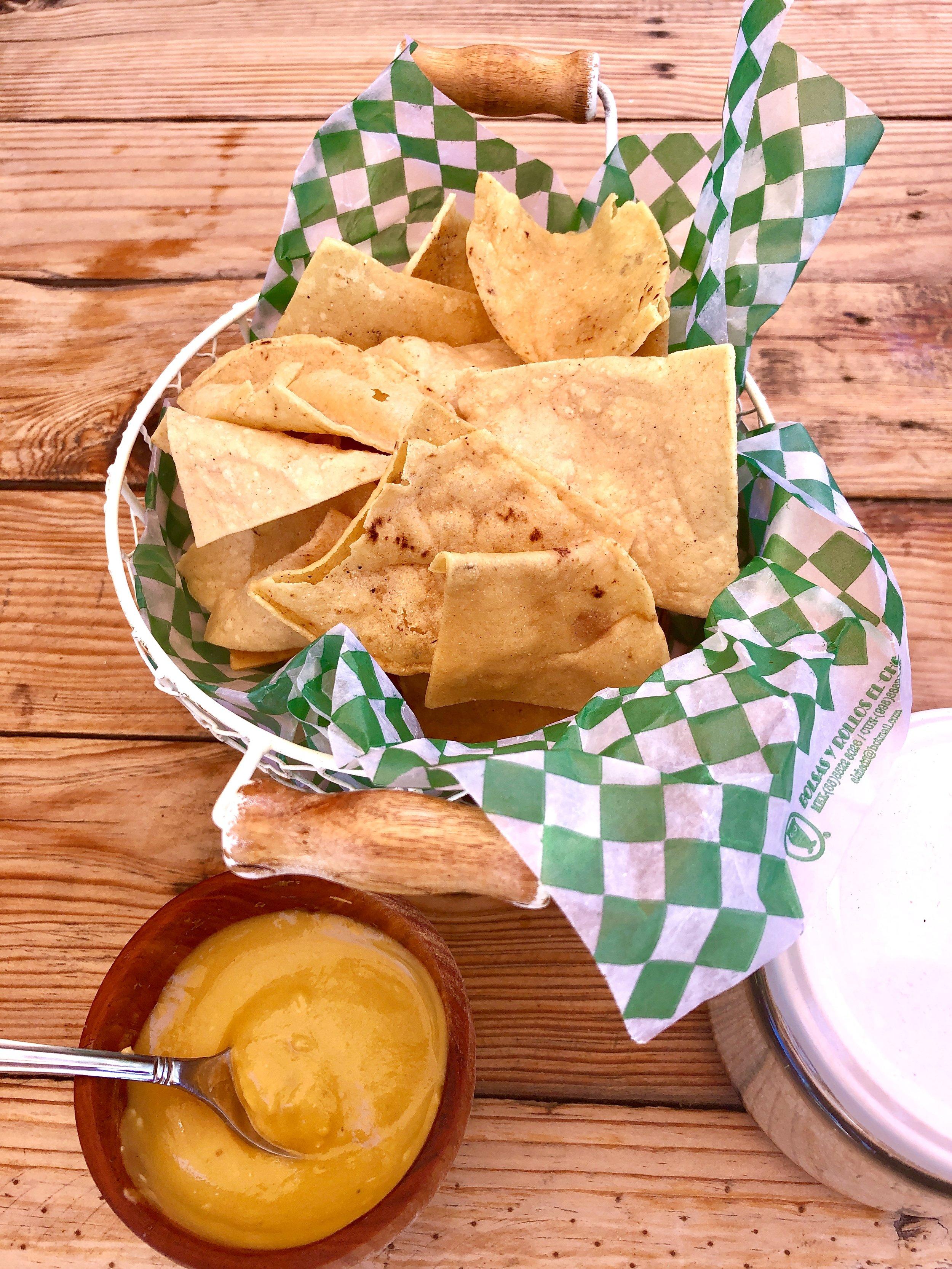トルティーヤチップス、毎日トルティーヤを乾燥させ、カラッと揚げるかトーストしてつくっている。タコスもトスターダもトルティーヤもコーンが原料だから、今時のグルテンフリーにはちょうど良いね、なんて思いながら。黄色いサルサは激辛のハバネロ。