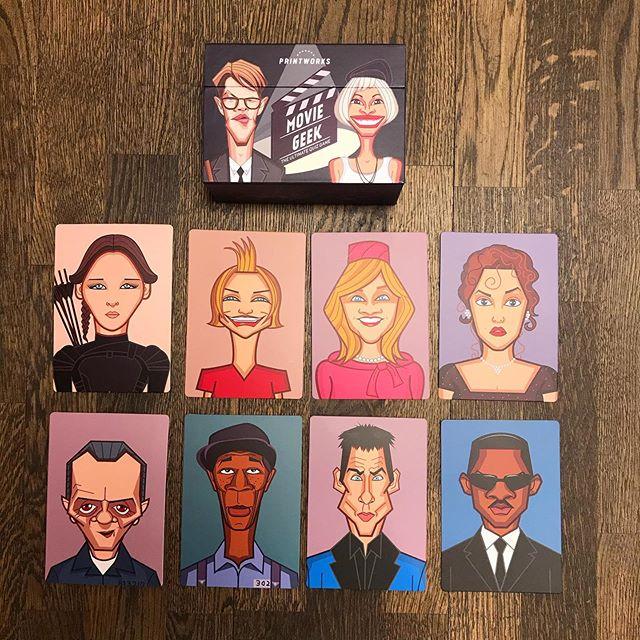 Spelet för den som gillar film 🎬 Dra ett kort och låt medspelarna gissa skådespelare och film, 2 extrafrågor på varje kort. Spelet är på engelska och innehåller 50 kort. #leksaker #hammarsjöstad #nacka #kortspel #julklappstips #film