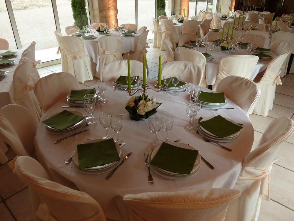 Dressage d'une table lors d'une réception au Domaine de la Tour