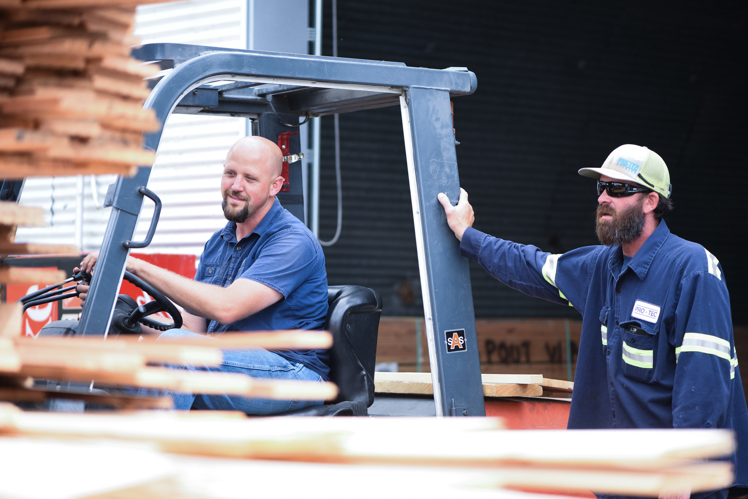 Kentucky Lumber team of employees loading a customer