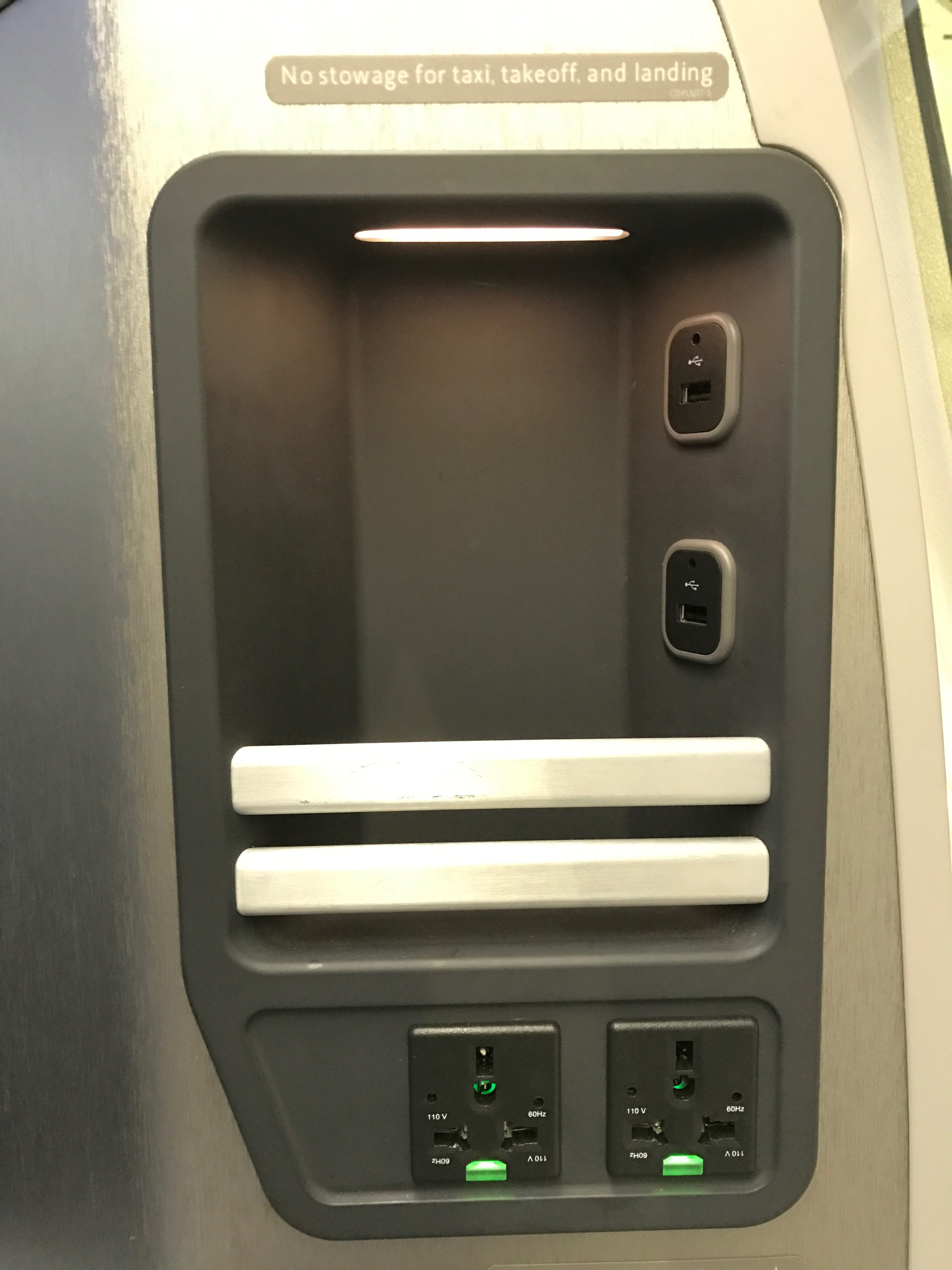 AA 787 Dreamliner Business Class power and USB ports