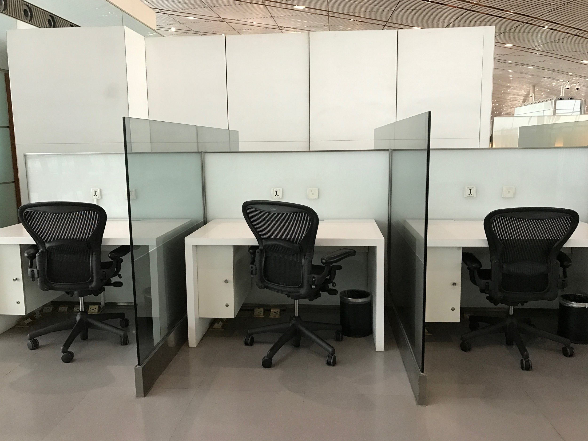Work desks at Cathay Pacific Lounge, Beijing Airport (PEK) T3E