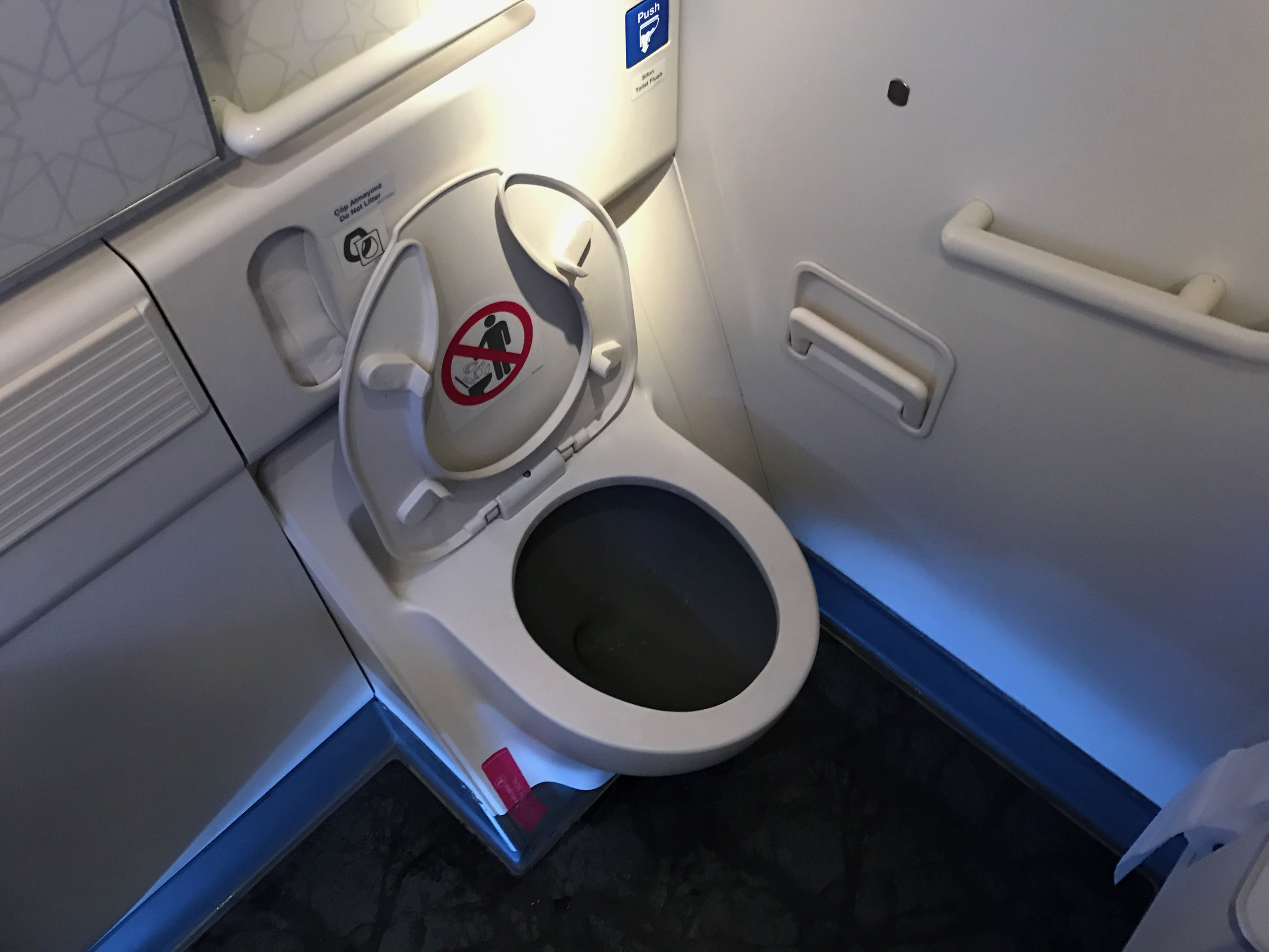Turkish Airlines business class 777 lavatory (1).jpg