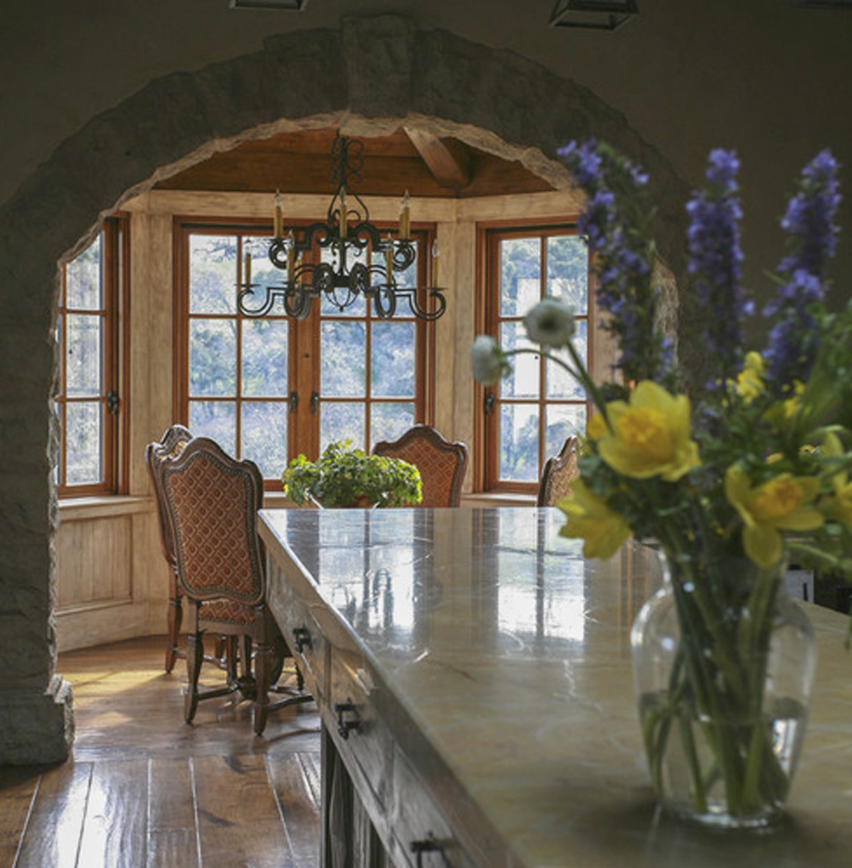 A breakfast nook with the Guinivere Chandelier.