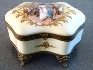 German-Porcelain-Box-broken-hinge