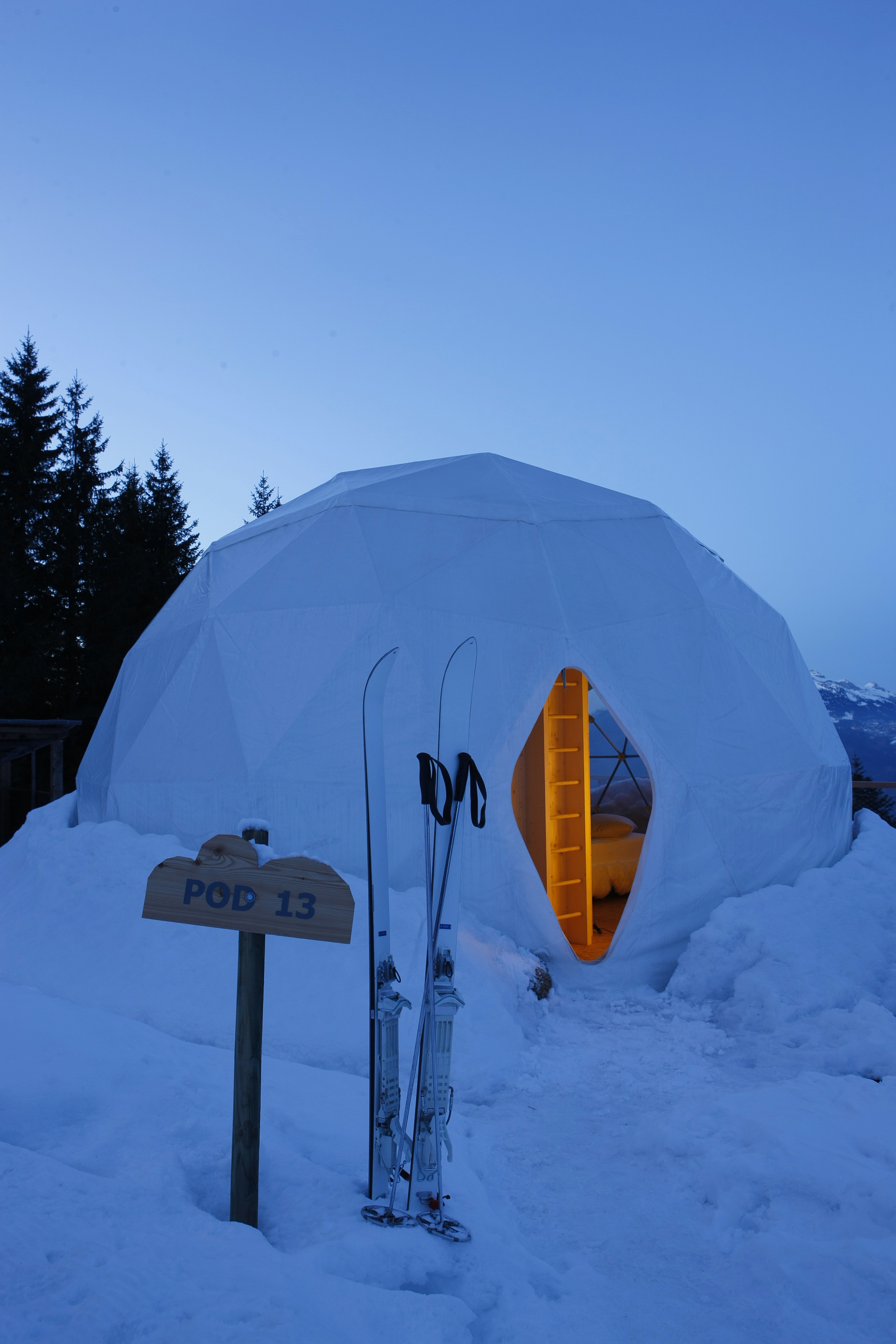 Whitepod_hotel_pod13_at_night.JPG