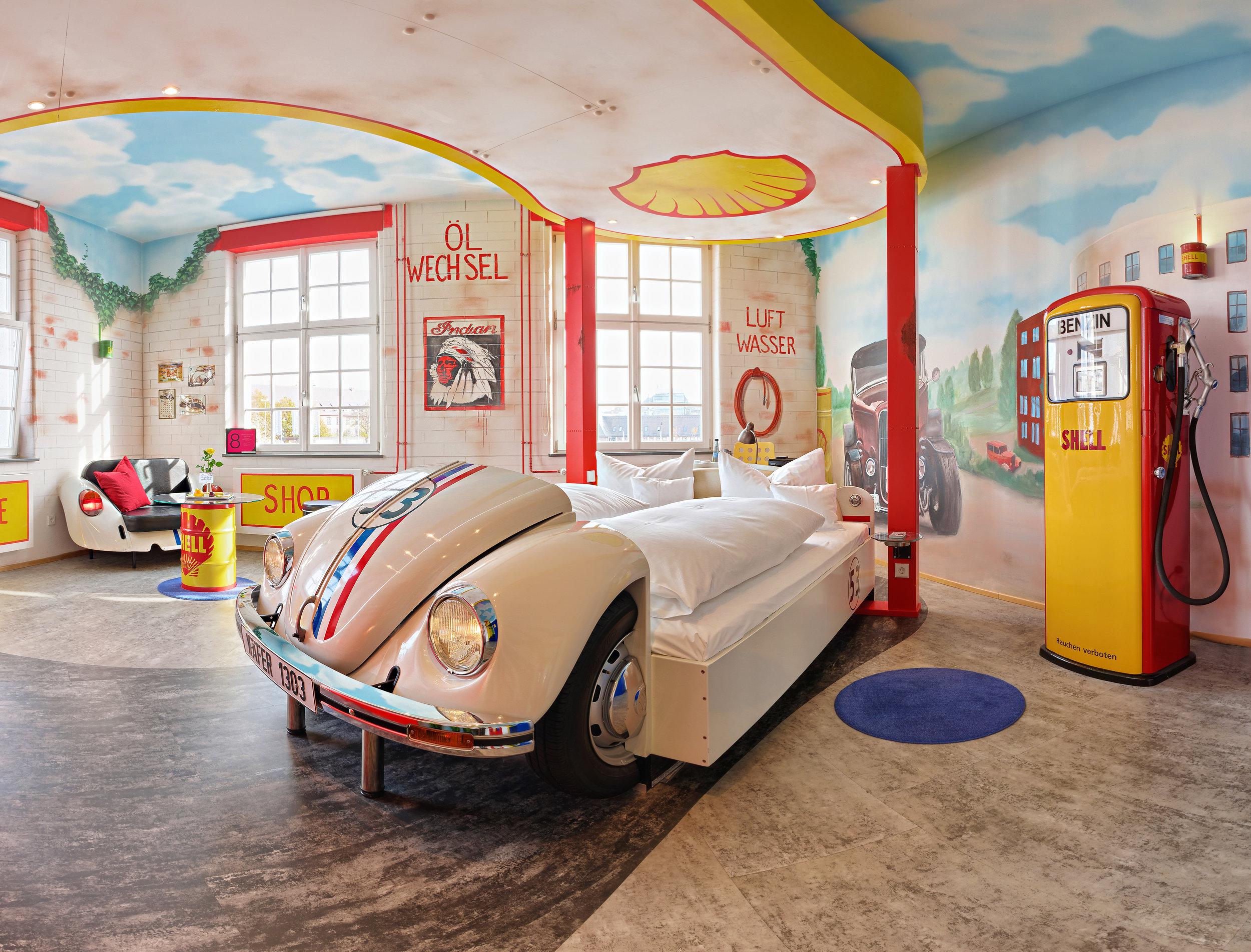 V8-Hotel-Themenzimmer-Tankstelle-03_-.JPG