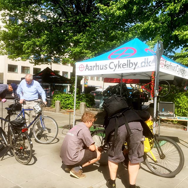 It has been a good day for cyclists in Aarhus. Free of charge they could pop by the Town square and get their bikes fixed. And we are proud, it's our very own bike mechanic and bike messenger who attended the event ✌🏼️