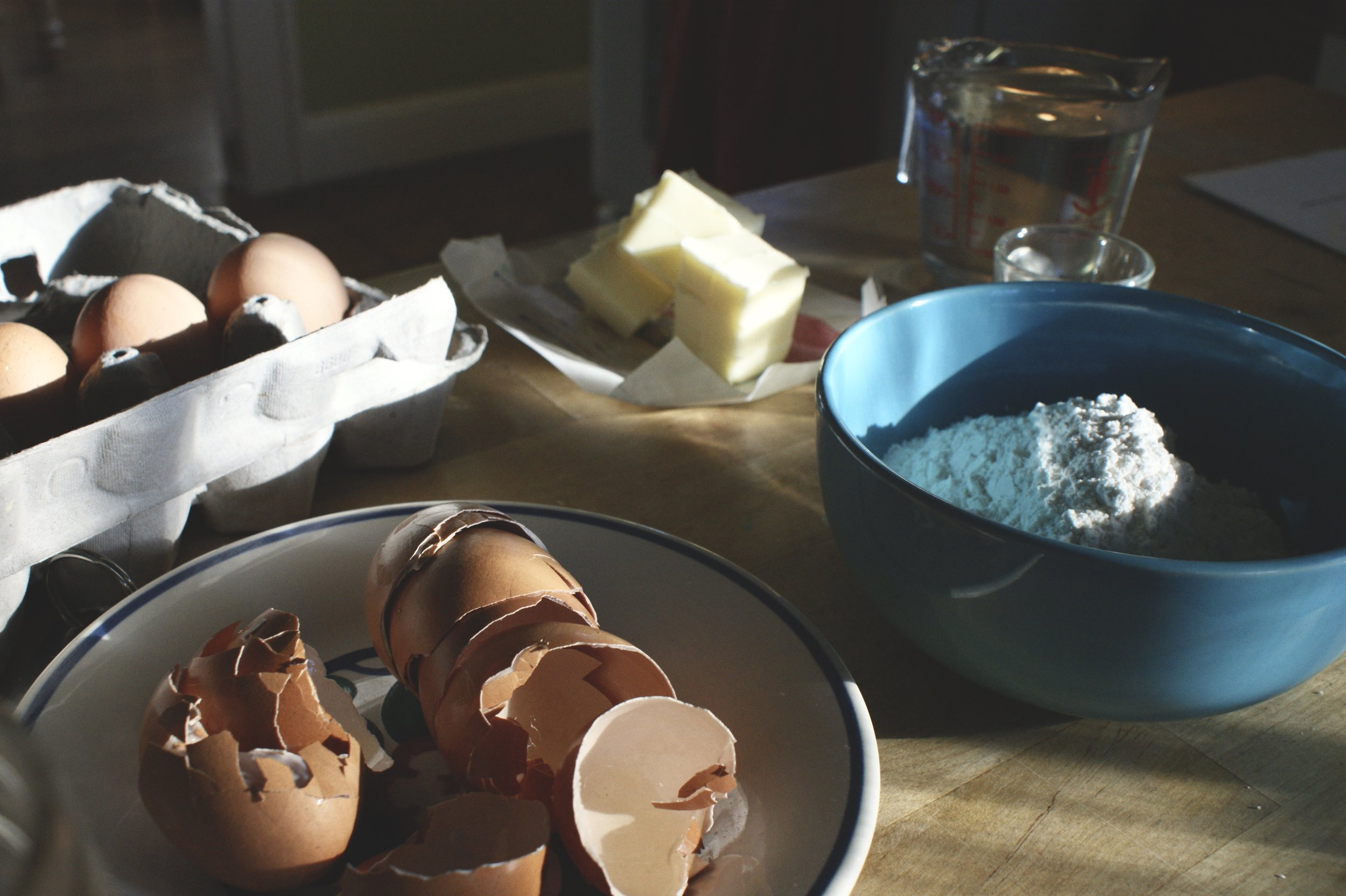 My favorite hour to be in the kitchen is sunset. I loved how the light played with the textures of eggshells + flour and the patterns that were reflected by glass bowls onto the hardwood.
