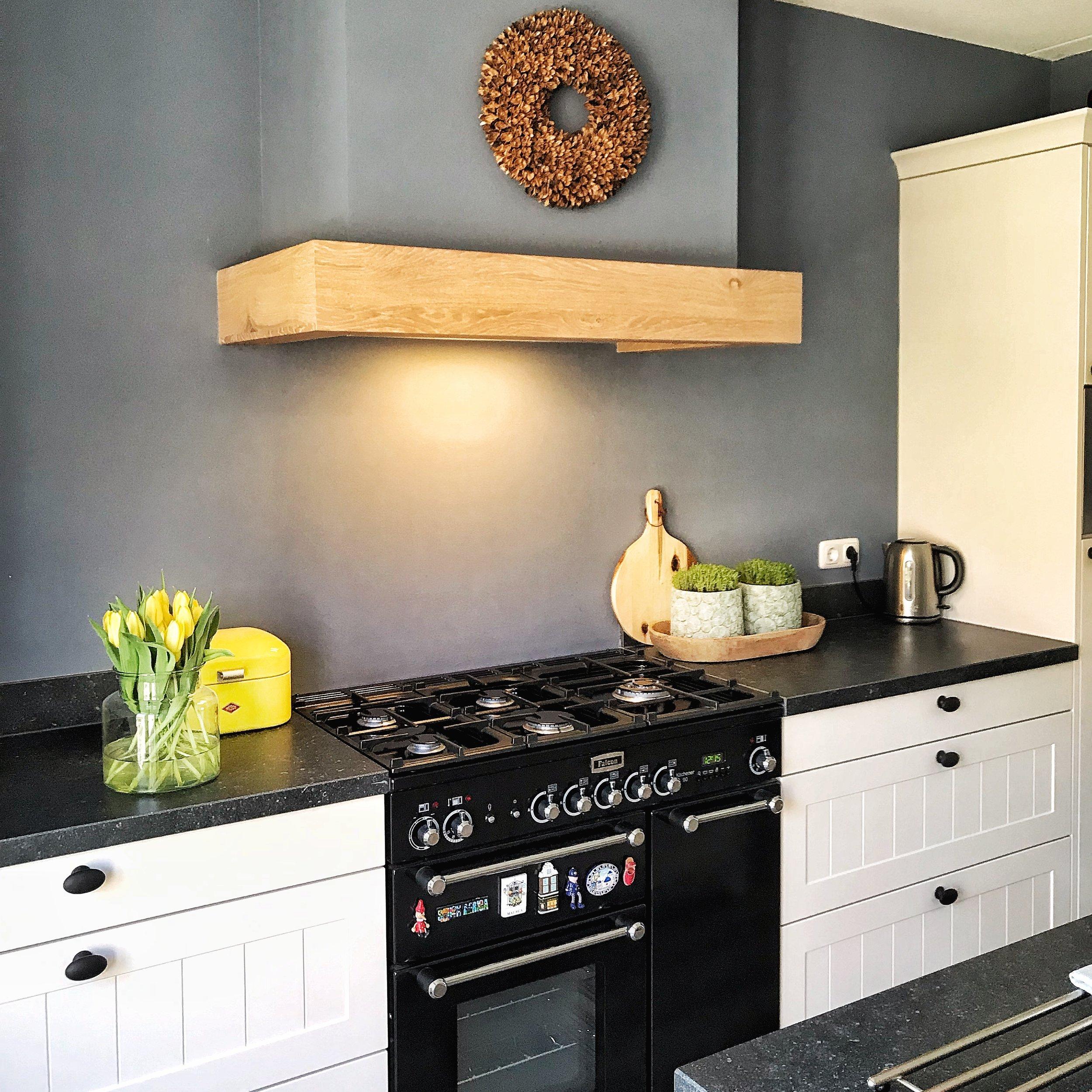 De blauwe muur in de woonkamer door trekken naar de keuken om meer een geheel en sfeer te creëren.