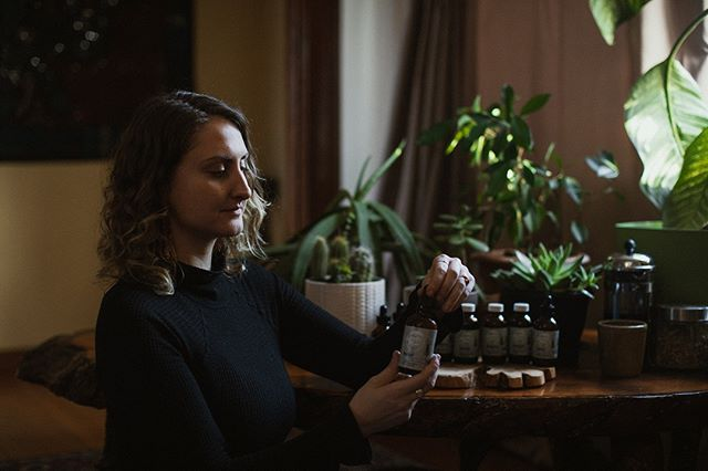 One of the biggest hurdles in clinical practice (and in herbal medicine in general) is having my clients stay on the herbs long enough to see the real benefit.⠀⠀⠀⠀⠀⠀⠀⠀⠀ ⠀⠀⠀⠀⠀⠀⠀⠀⠀ It requires working the medicine into your daily routine. I always put my tincture bottle in front of my kitchen sink - that way I'm in front of it multiple times a day and I don't forget my doses twice a day, every single day. As for teas, I love them - so it's easy for me to work it in my routine, but for others, I recommend making a very big pot and storing it in your fridge to drink over the course of your day. #protips #takeyourherbs #theyonlyworkifyoutakethem ⠀⠀⠀⠀⠀⠀⠀⠀⠀ .⠀⠀⠀⠀⠀⠀⠀⠀⠀ .⠀⠀⠀⠀⠀⠀⠀⠀⠀ .⠀⠀⠀⠀⠀⠀⠀⠀⠀ @kimjayphoto ⠀⠀⠀⠀⠀⠀⠀⠀⠀ #phytotherapy #holistichealth #herbalmedicine #gardenmedicine #phytotherapist #yyj #healthpractitioner #clinicalherbalist #forestmedicine #vancouverisland #customizedformula #naturalmedicine #naturalhealing #herbalist #forestmedicine #holistic #healthgoals