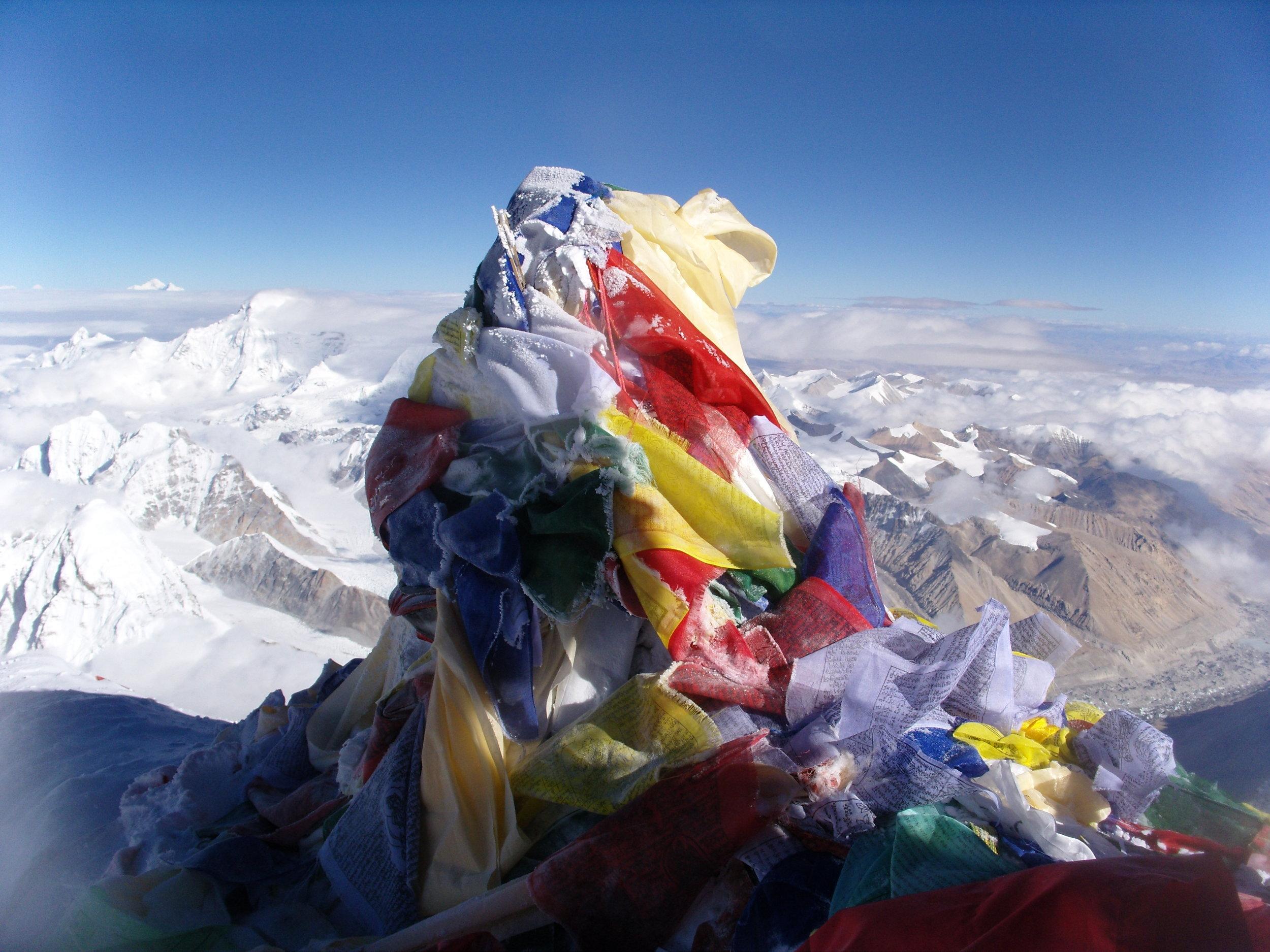 La cima del Everest, con sus banderas con oraciones Budistas