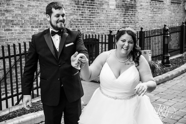 Lea & Robert - Memories Ballroom - Port Washington - Wisconsin Wedding Photography - RKH Images - Blog (19 of 45).jpg