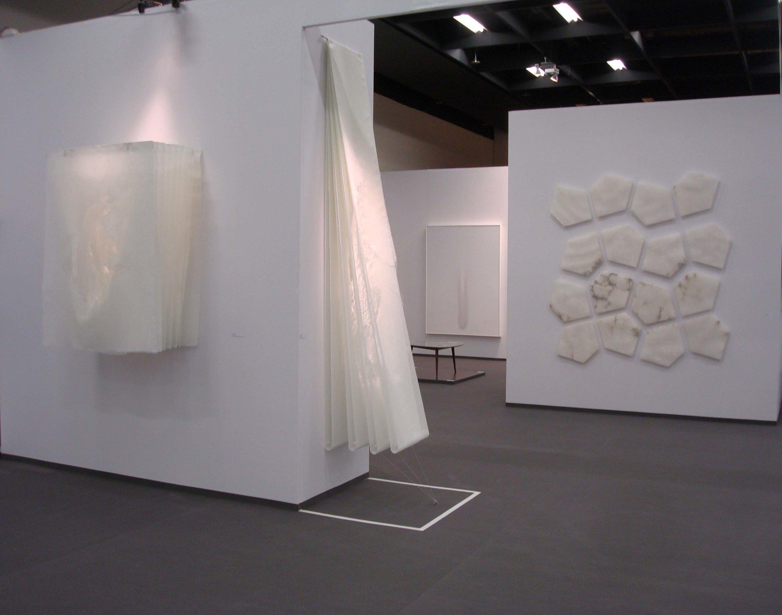 Stand White meditation room di Galleria Grossetti ad Art Cologne 2011_sulla parete di sx Angela Glajcar.jpg