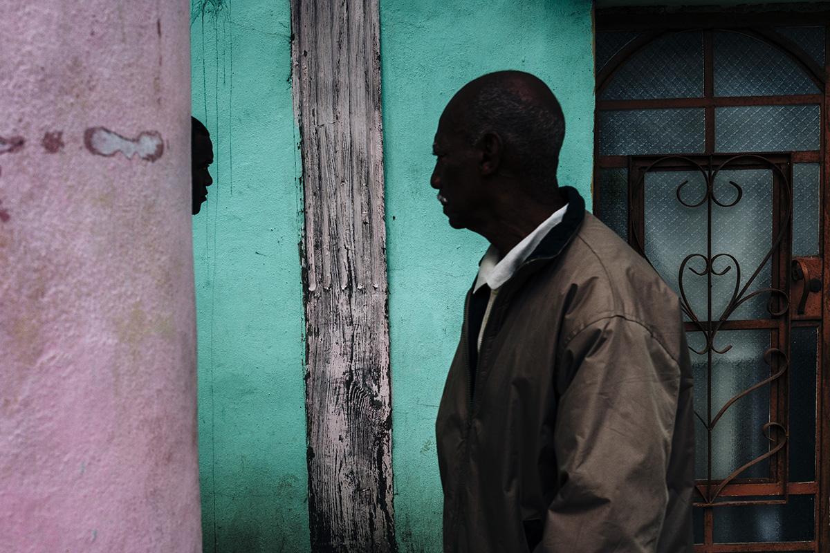 Two men face each other in Havana Vieja.