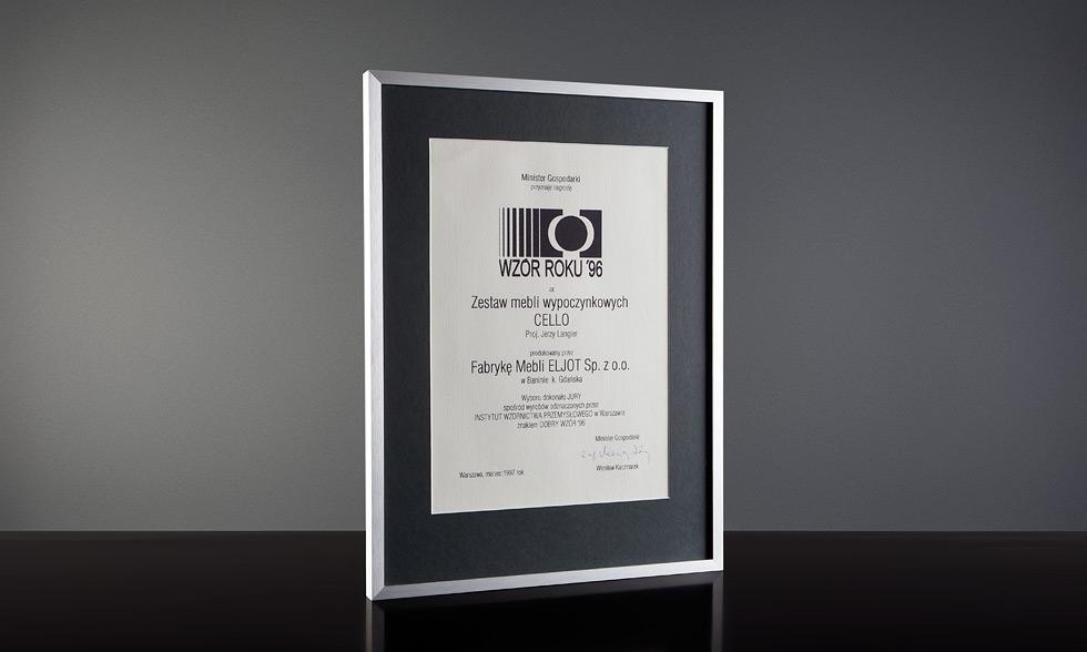 """Targi mebli w Poznaniu. Nagroda """" Forma '96 """" za zestaw mebli wypoczynkowych """"Cello"""".  Mebel roku 1996 - nagroda Ministra Gospodarki. Mebel znajduje się w Muzeum Narodowym jako dziedzictwo kultury narodowej 2001."""