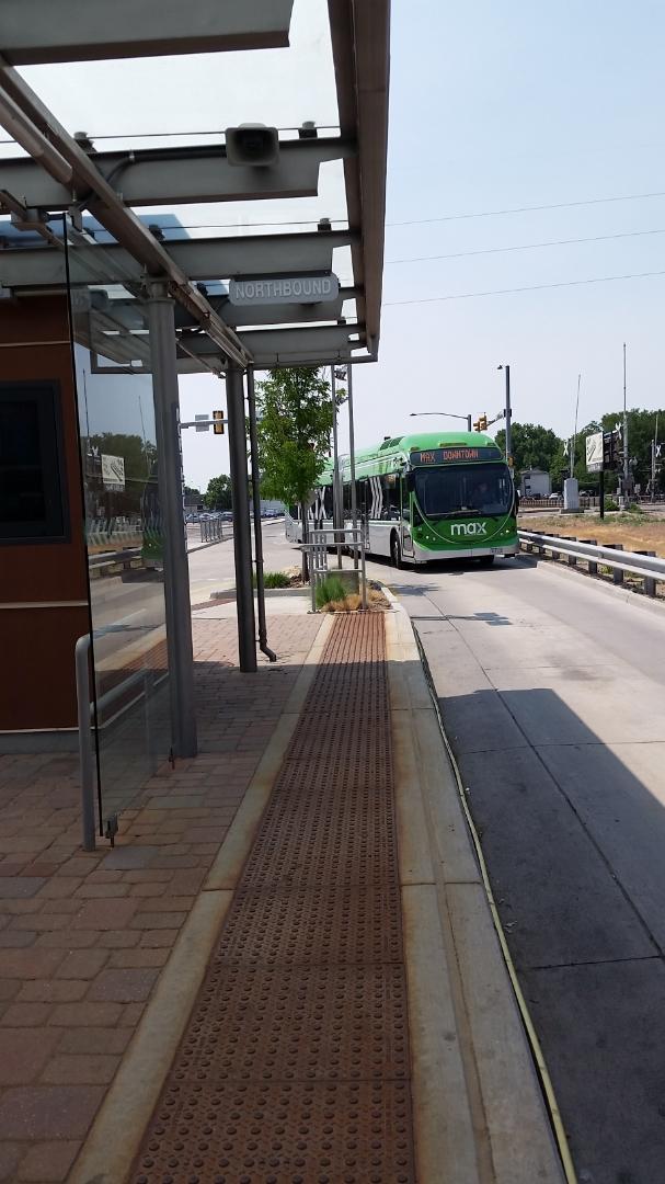 Median busway station