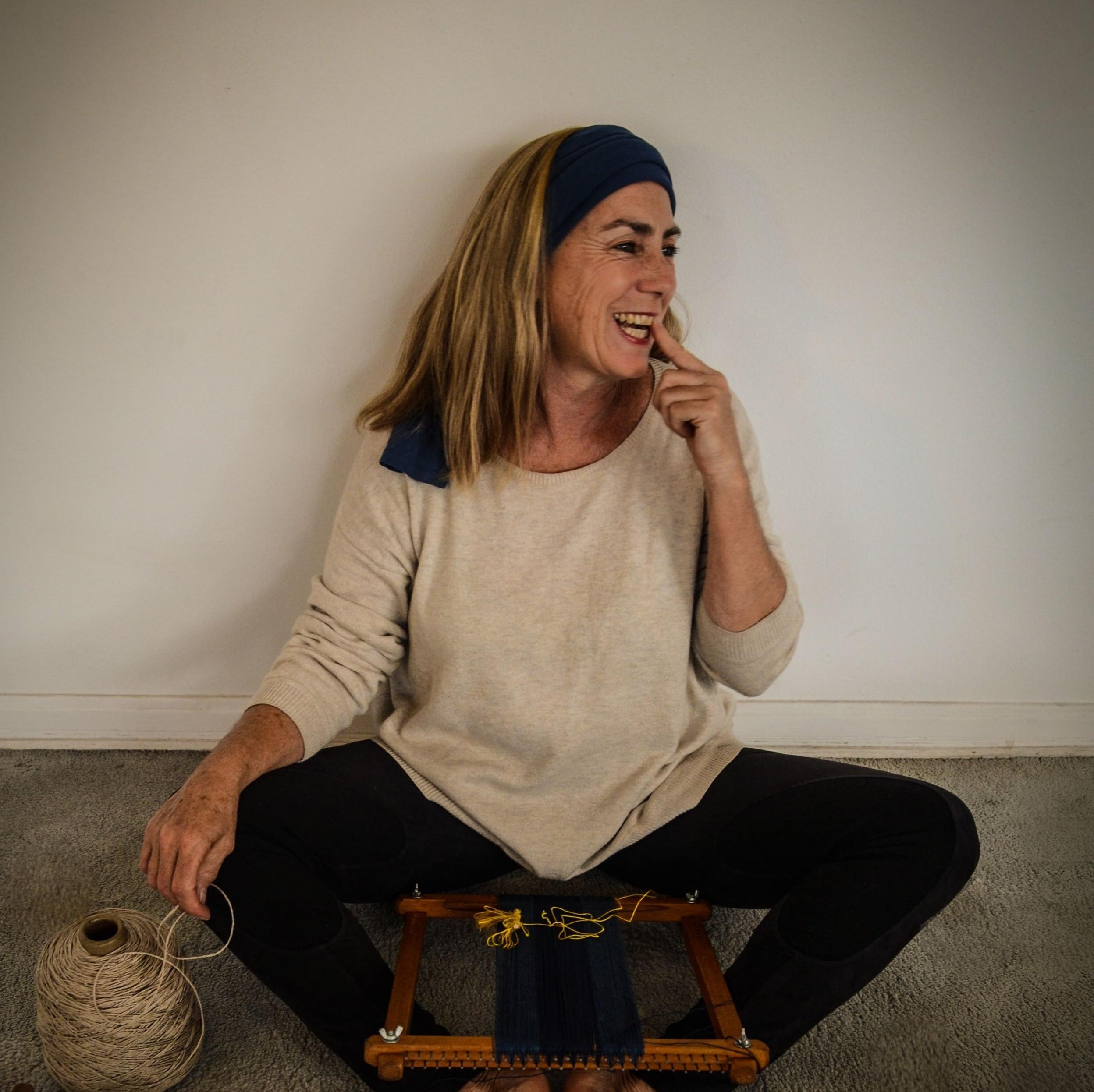 - • El arte textil contemporáneo se configura en el ámbito de las artes visuales en torno a referencias formales y conceptuales cada vez más activas; un lenguaje creativo que tiene la materialidad textil y elementos de fibra como medios de expresión, a través de sus procesos productivos en todos los   alcances de una obra textil...ver +