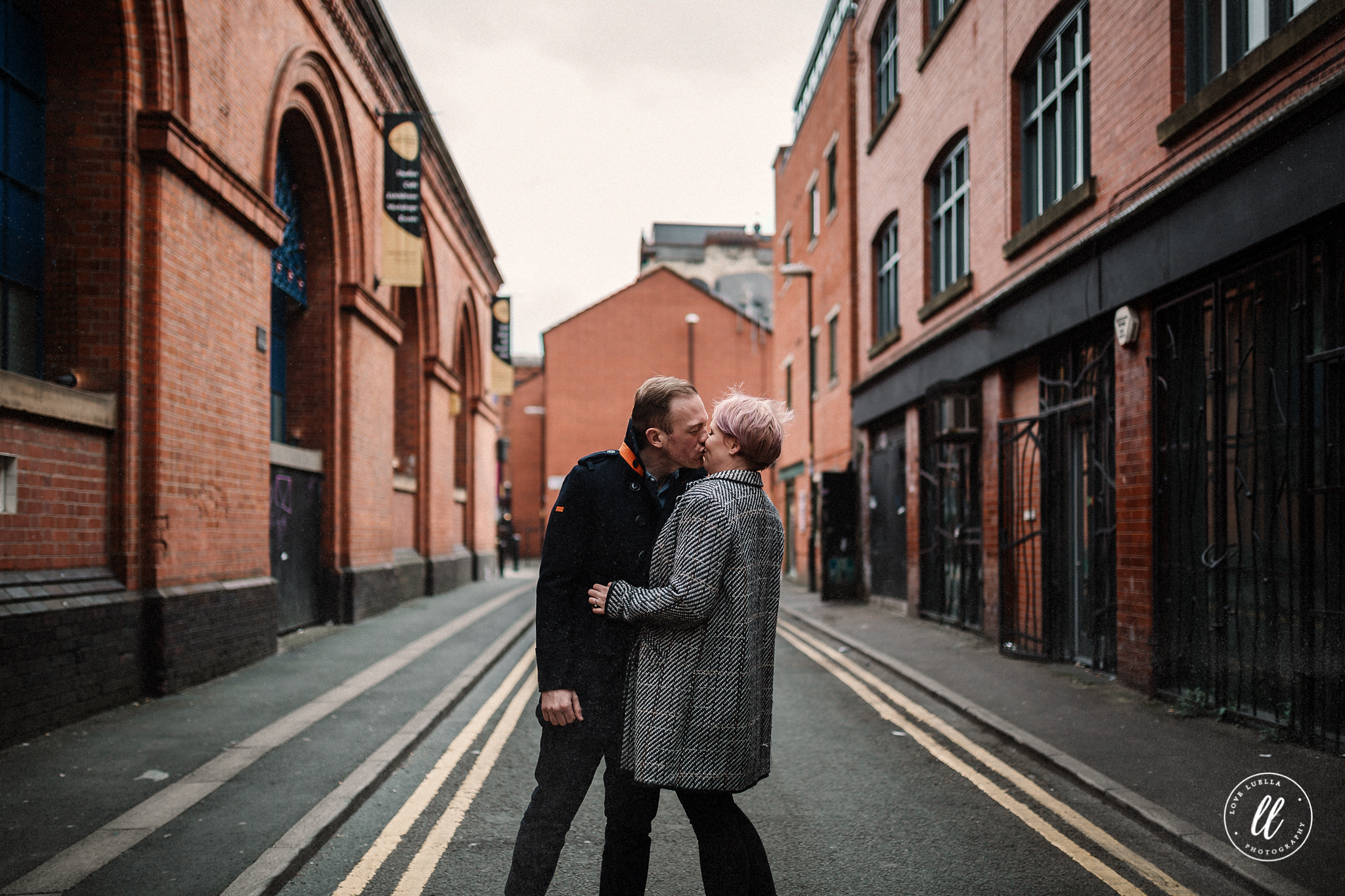 couple kissing in northern quarter