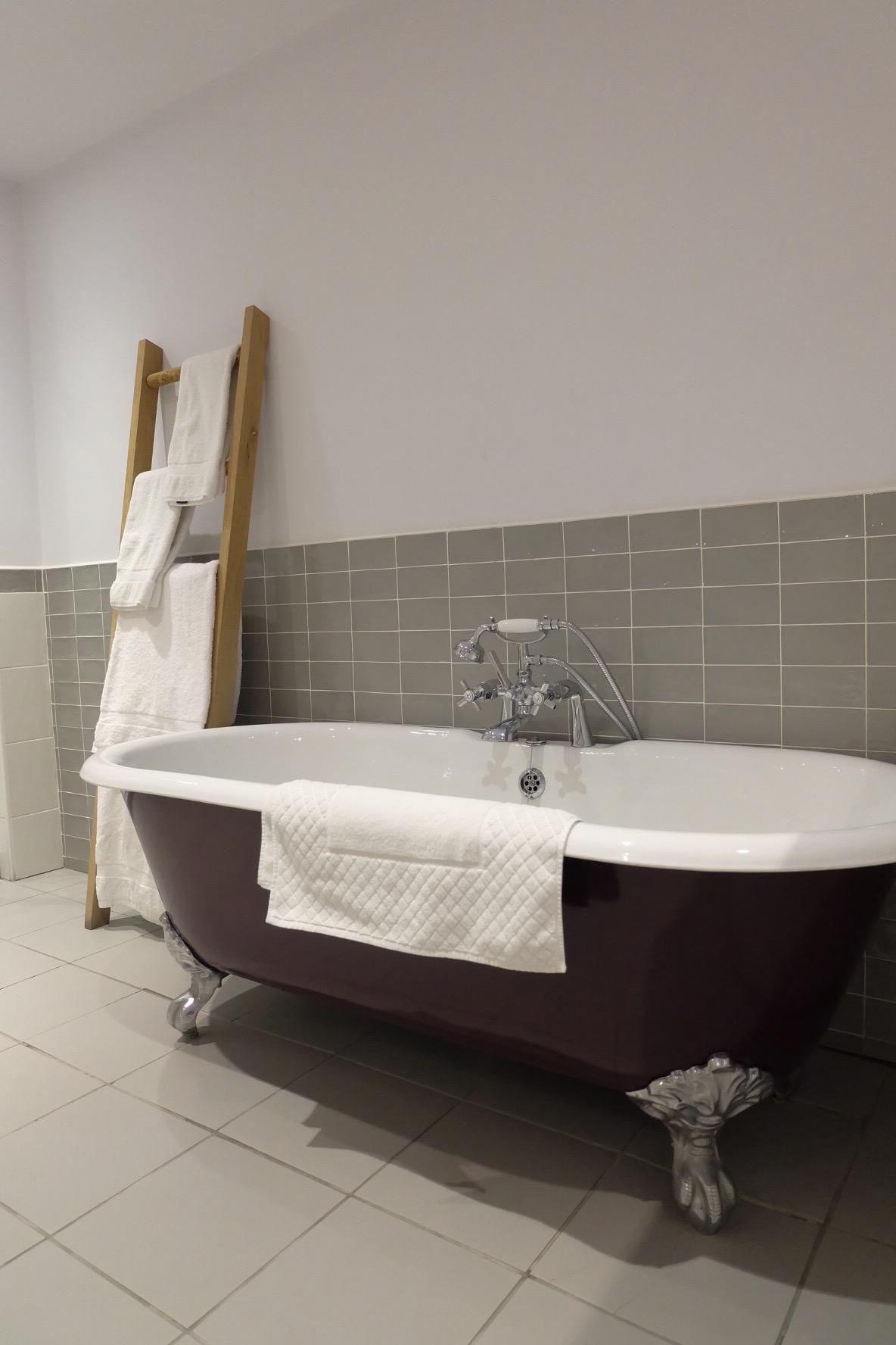 Roll-top bath