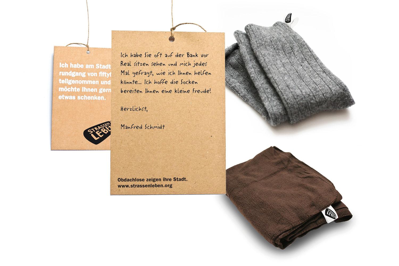 Am Ende des Stadtrundgangs können Merchandise-Artikel erworben und an Verwandte oder Bedürftige verschenkt werden. Die beschreibbaren Karten stellen einen Kontakt zwischen Schenker und Beschenktem her.