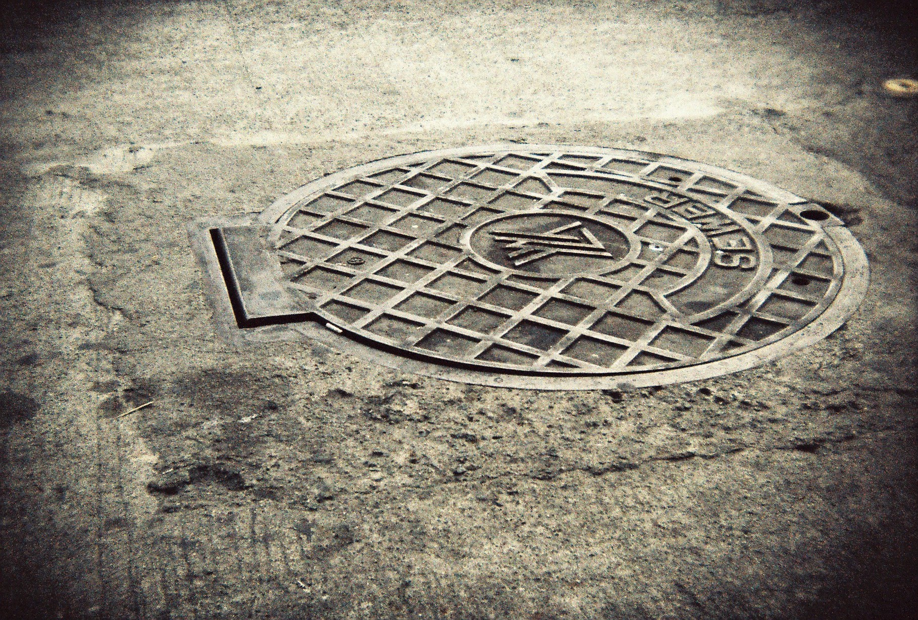 Or this manhole cover. (Dear Vikki of 2009, why the heck would you want a picture of this?!)