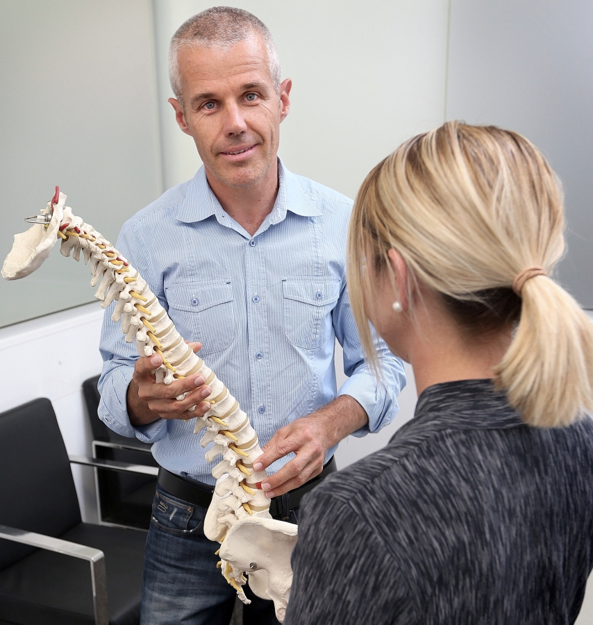 Chiropractor-Andrew-Mutzig-Explaining-Chiropractic.png