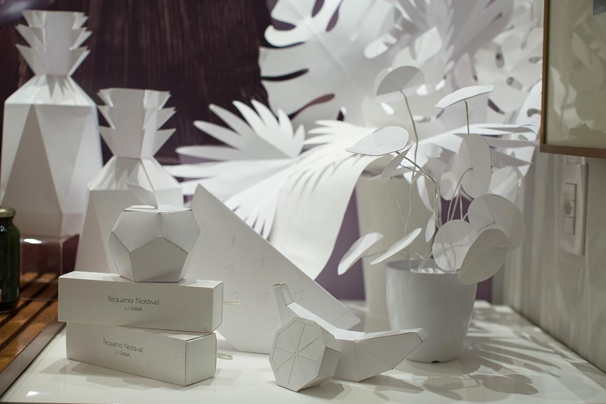 Já o backdrop de folhagens brancas e os arranjos em papel foi função para a minha parceira e teacher de floral em papel,  Flavia Carrano  executar.
