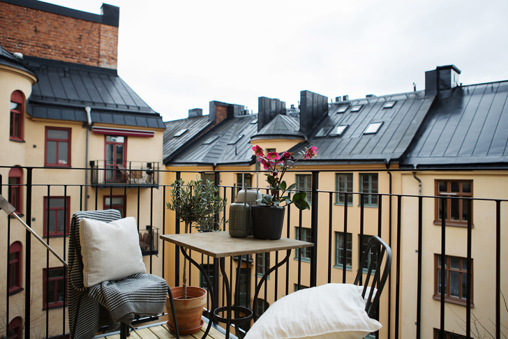 modern Scandinavian apartment: balcony