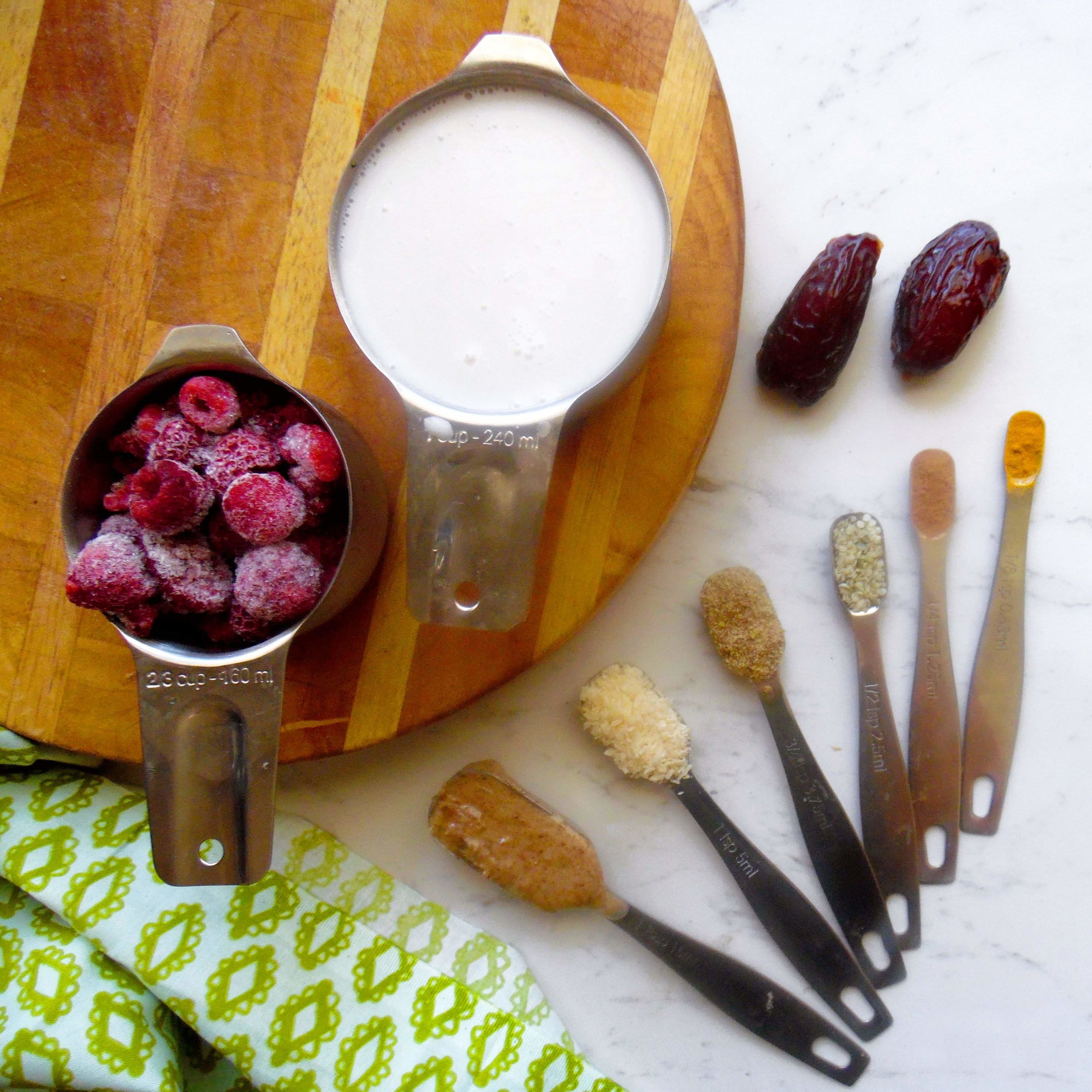 I love this set of measuring spoons and cups. They are perfect to make this superfood smoothie.