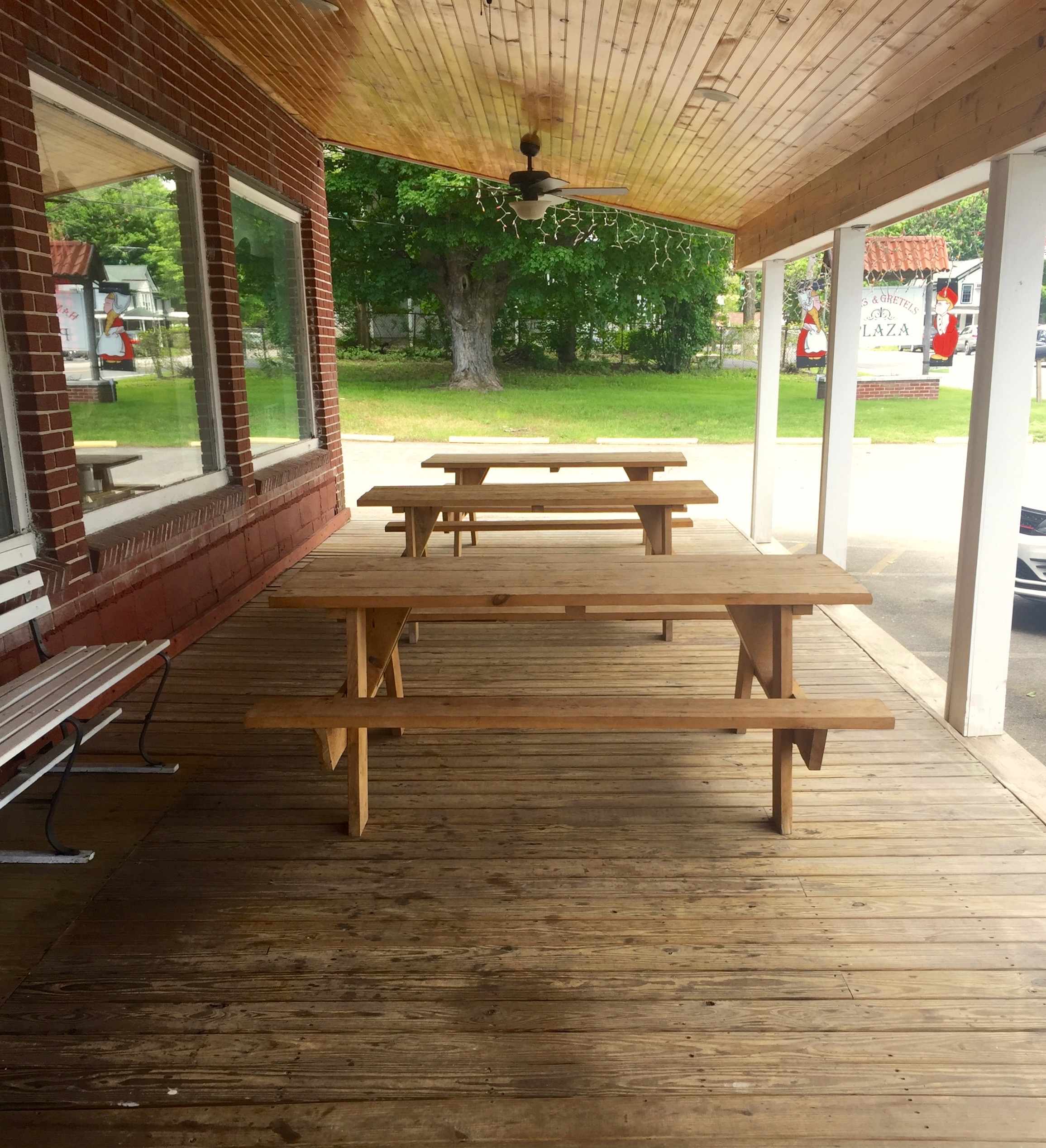 Angel's Cafe picnic tables