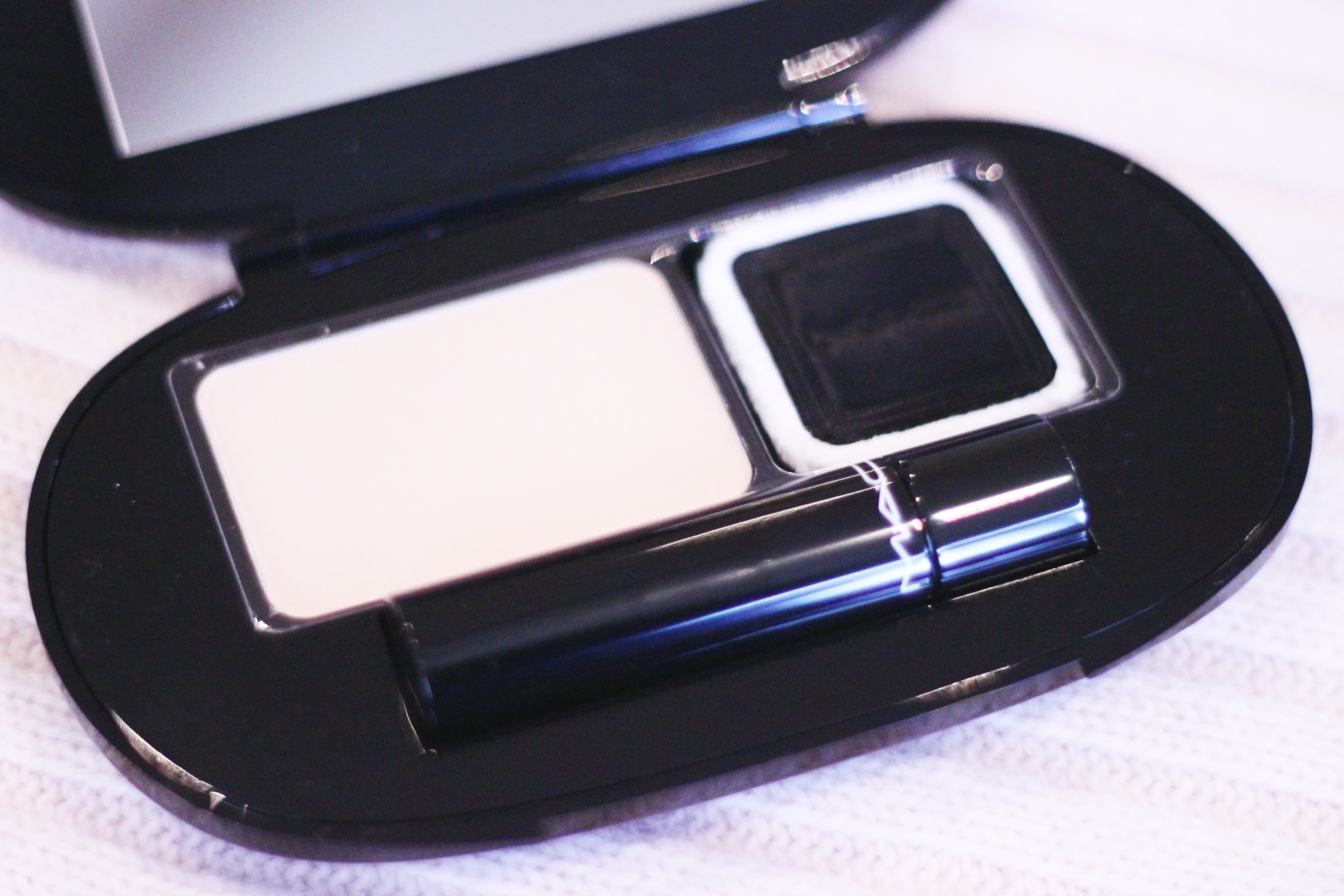 MAC All For Glamour Kit with pressed blotting powder, powder puff and lipstick in Fashion City.