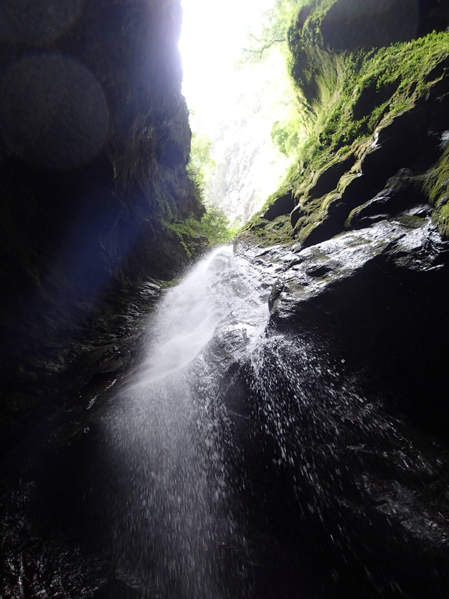 黃金峽谷的終點是一座高約5層樓的瀑布