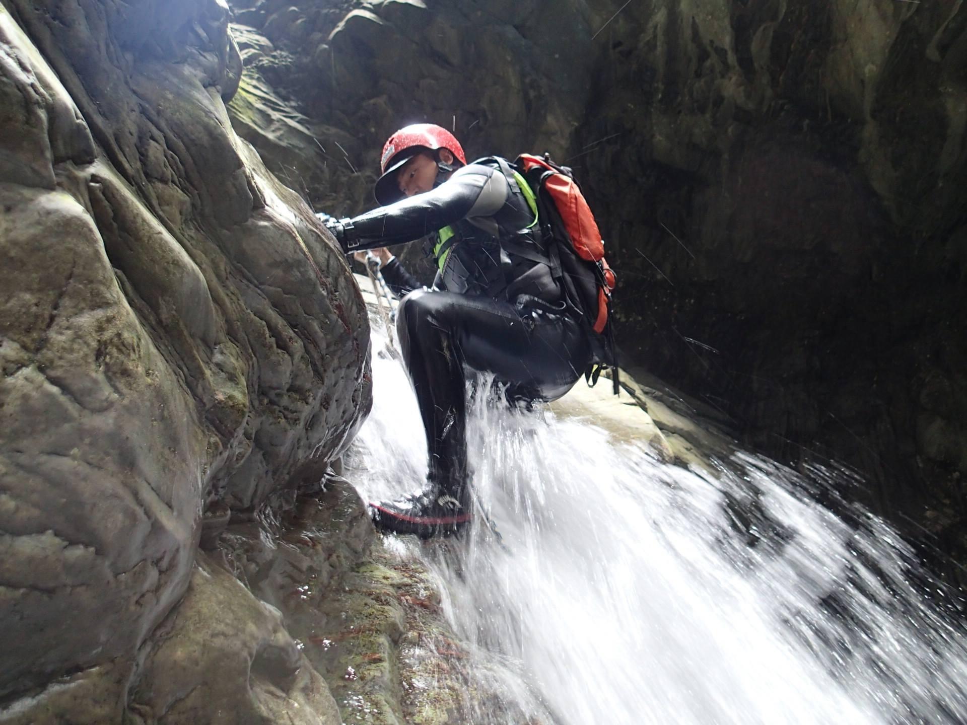 途中需要利用繩索攀爬瀑布激流,一定要有專業教練同行!