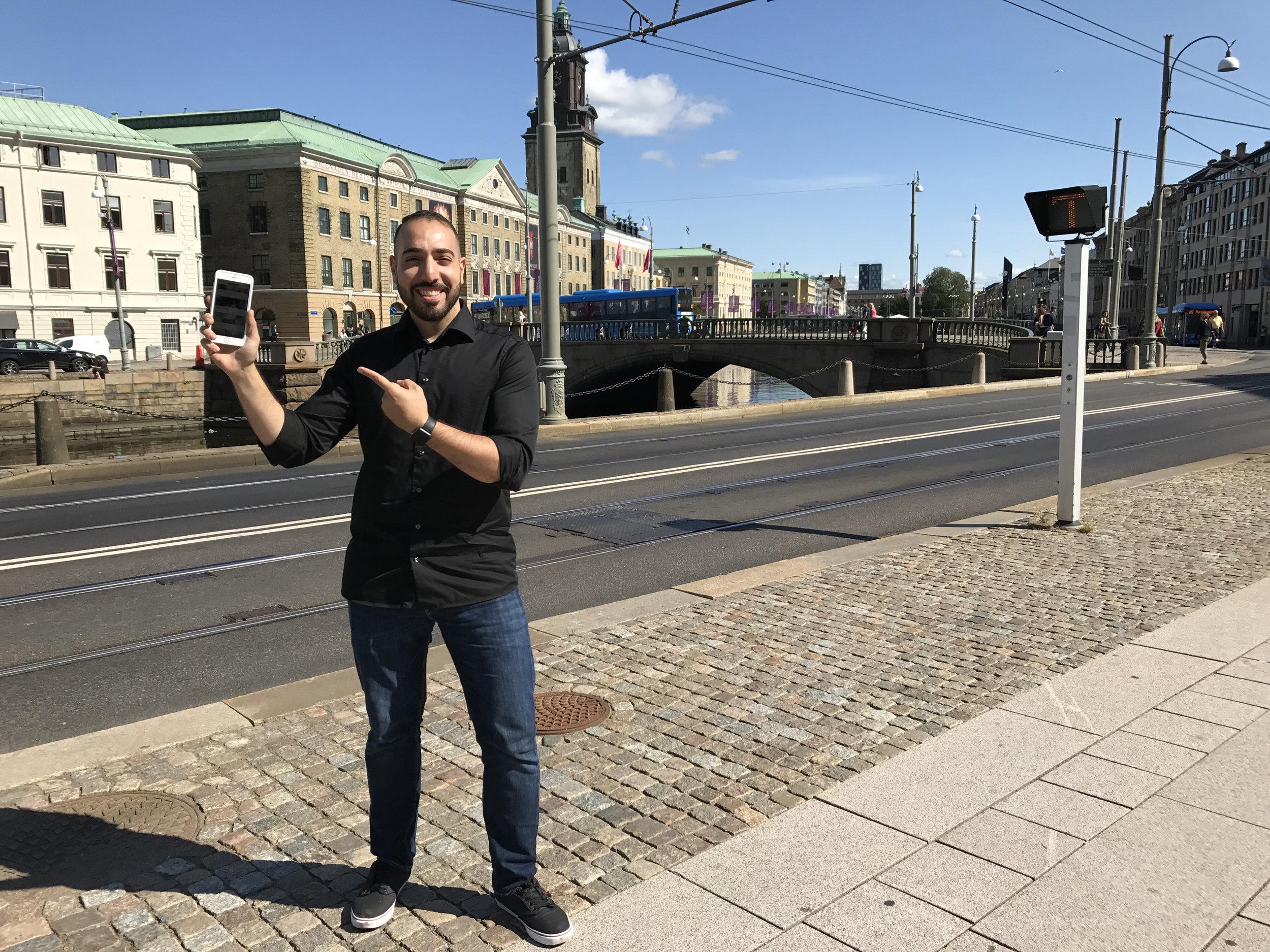 Alexander Haydari, vid lilla torget, visar upp sin belöning!
