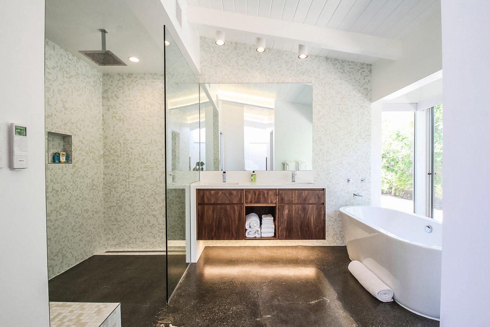 palmbathroom.jpg