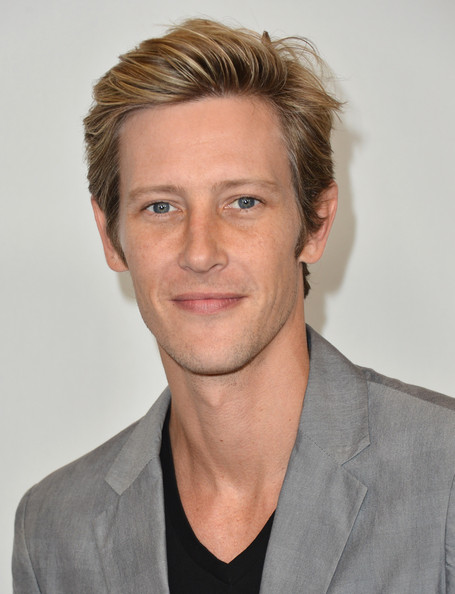 Gabriel+Mann+Short+Hairstyles+Side+Parted+v1FQAsWBOurl.jpg
