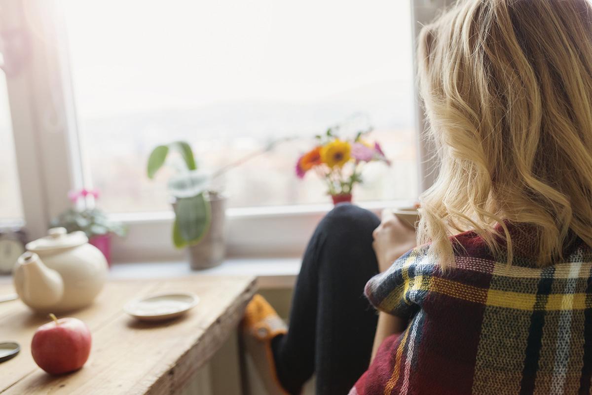 Nainen ja kahvikuppi talviaamuna.jpg