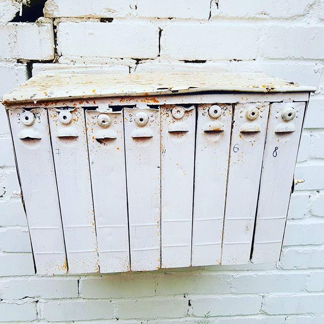 Voihan söpöys, vanha pystymallinen postilootaryhmä 🤩 #postit #laatikot #kokopäiväaikaa #wormsforallbirds #earlybirdjakelu