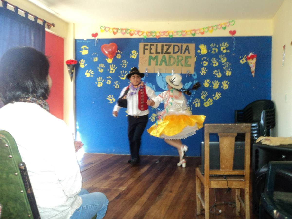 Limber (Enfermeria) and Maria treated us to a local folkloric dance for Mother's Day.