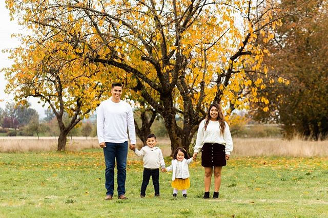 It is a super gloomy rainy day in Vancouver today, but there's a super cute and happy fall family session on the blog today!🍂 This one is another one from the archives, and their style is  a total inspiration for anyone needing outfit ideas for your own fall session! Baby girl's pop of yellow is to die for 😍  Link in my bio! 🍁  #malinarosephotography #portlandphotographer #vancouverphotographer #portraitphotographer #vancouverwa #fallphotos #fallcolors #fallaesthetic #fallsession #fallinspo #familyphotoinspo #blog #photoblog