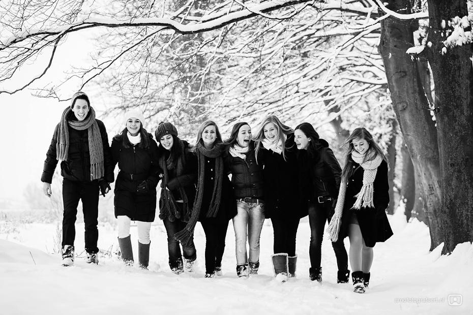 fotoshoot-vrienden-in-de-sneeuw-mijnsheerenland-11