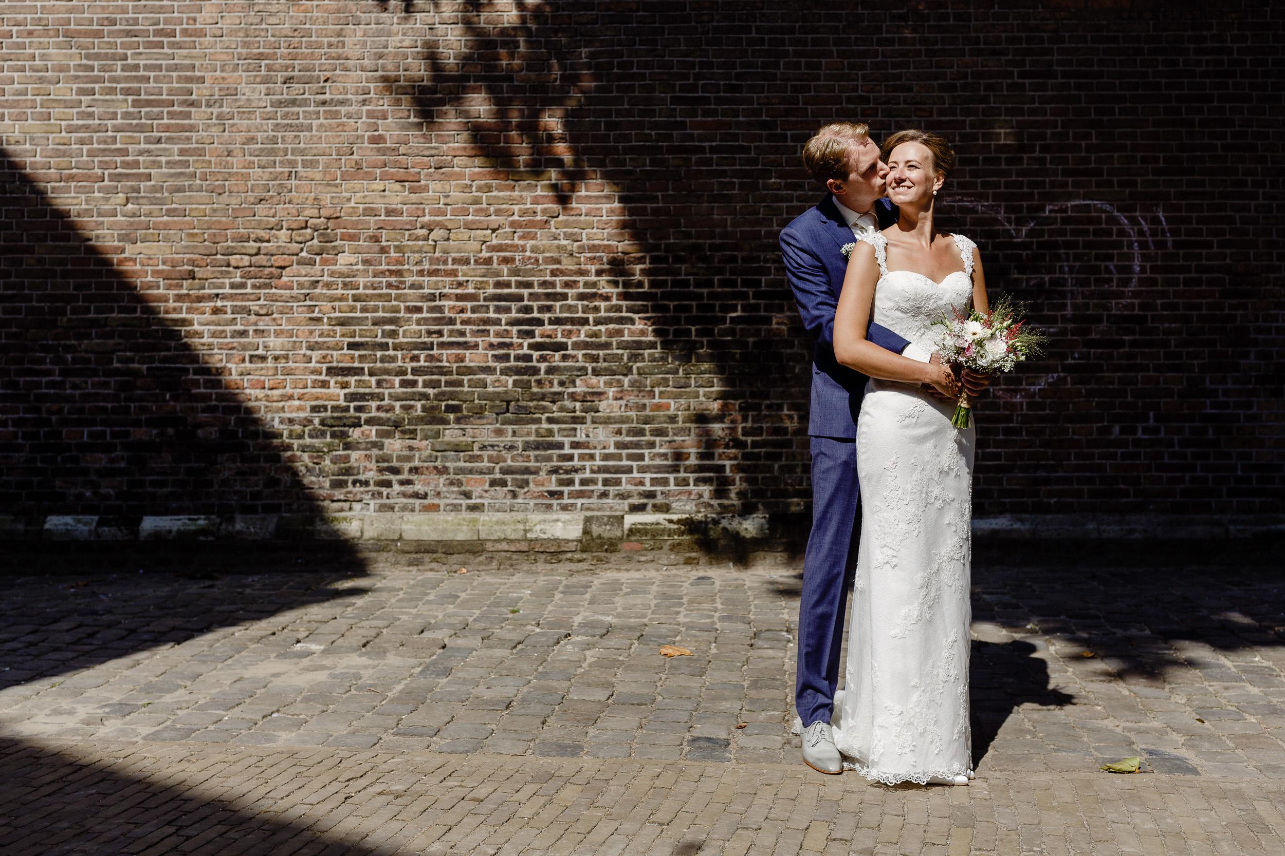 Fijn spelen met licht/schaduw met dit prachtige bruidspaar zaterdag in Gouda