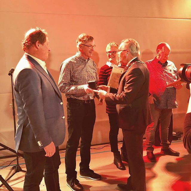 Trots op pa die vandaag een onderscheiding kreeg van burgemeester Luteijn voor zijn vrijwilligerswerk #dagvandevrijwilliger