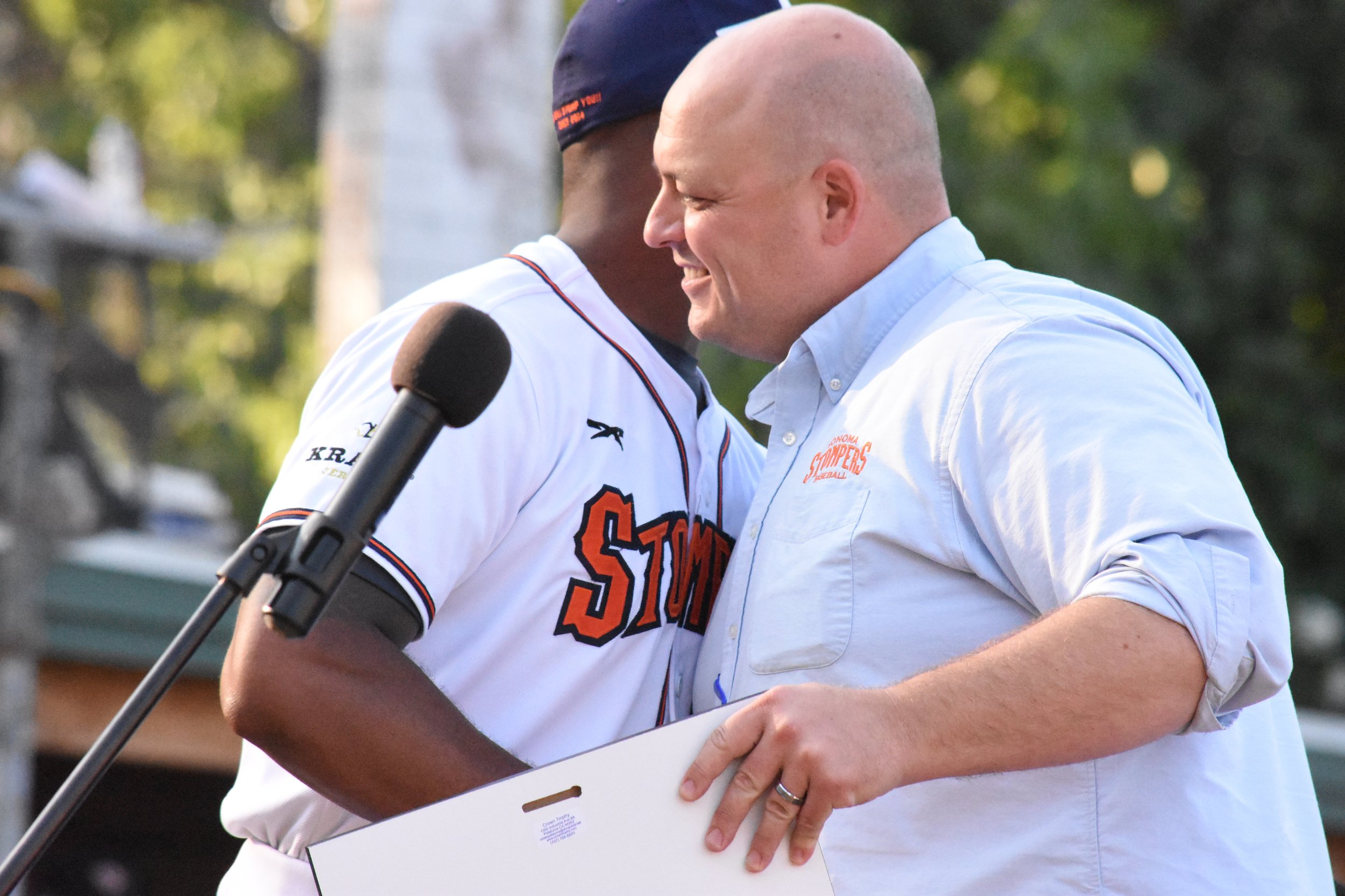 Former General Manager Theo Fightmaster presents Ty'Relle Harris with the 2017 Chris Matthews Award for team leadership on Aug. 11 (James W. Toy III / Sonoma Stompers)